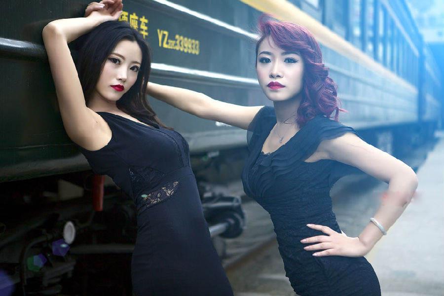火车卧铺上超短裙美女